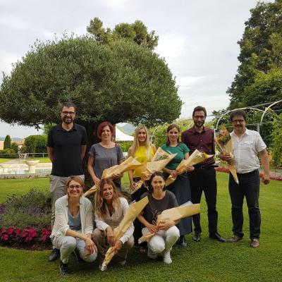 John Gaffuri (Fondazione Casa San Rocco), Jenny Assi (Supsi) e Alberto Barenghi (Mission Bambini) con alcuni partecipanti al progetto